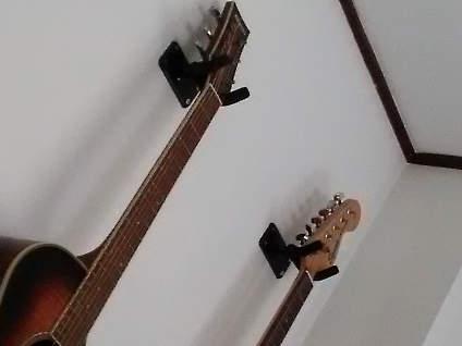 ギターを壁にかける